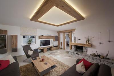 Moderne Wohnlandschaft mit Altholz
